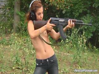 Shooting guns près par certains avid fool