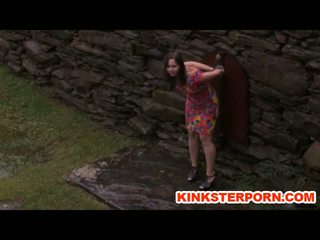 Openlucht bdsm perverts slaves in chains in de regen