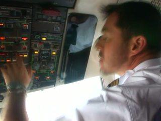 Schattig stewardess in sexy uniform liefde naar zuigen