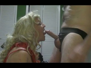 Blond crossdresser blows suur riist raske