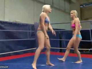 Karstās jauns blondes uz mežonīga lesbiete cīņa