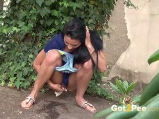 Openlucht urineren compilatie met sexy meisjes