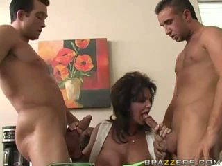 Milf gangbanged door drie cocks