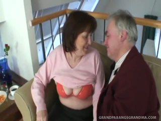 Velký sýkorka babičky ivana spunked dobrý onto ji taut chlupatý muff