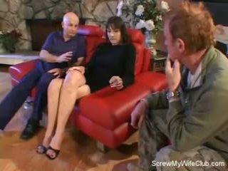 Esposa screwed en un rojo sillón
