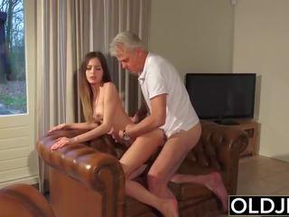 Vana ja noor porno - lapsehoidja tussu perses poolt vana mees ja swallows sperma