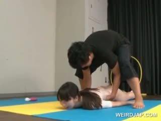 Asiática gymnast sucks coachs shaft mientras entrenamiento