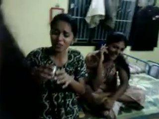 North ινδικό κορίτσια προσπαθώ να ποτό μπύρα σε τους οικοδεσπότης