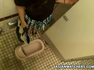 Aziāti skolniece masturbates uz viņai schools vannas istaba
