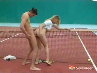 Jāšanās iekšā the teniss tiesa