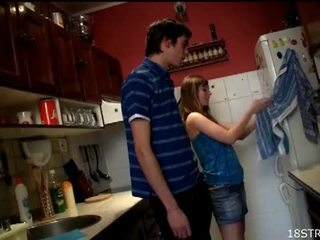 Irresistible 青少年 gets 性交 在 该 厨房