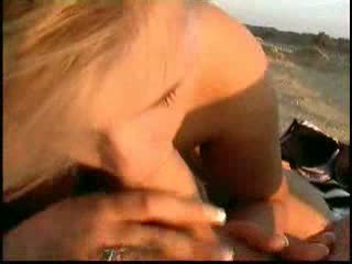 Caldi stimulating pollastrella scopata su il spiaggia