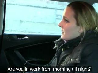Fake taxi driver anally fucks brunete par aizmugurējais sēdeklis