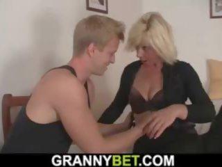 Blondine rijpere vrouw pleases buur, porno 9c