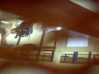 Camera onder deur van gym dressing kamer