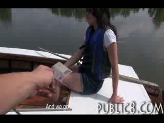 シャイ cutie アマチュア fucks のために お金 外 上の a ボート