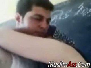 Дебели hijab домакиня прецака в частен видео
