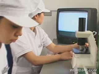 Orientalsko medicinska sestra shows drkanje skills