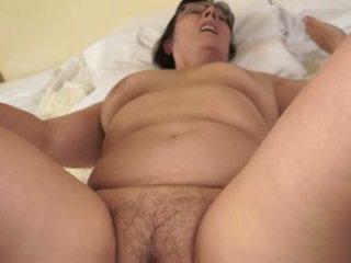 Nxehtë gjyshja loves i ri cocks