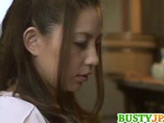 Mako oda busty je screwed s dildo