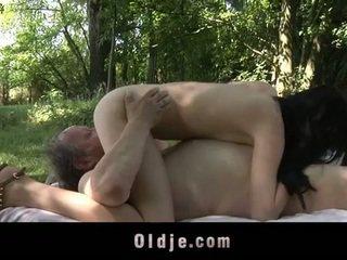 Товста старий людина fucks підліток в the woods