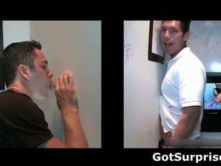 Dude gets pijpen door gloryhole