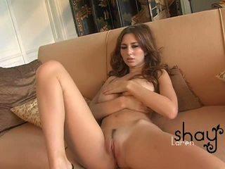 Естествен boobed shay laren spreads тя розов путка на на диван