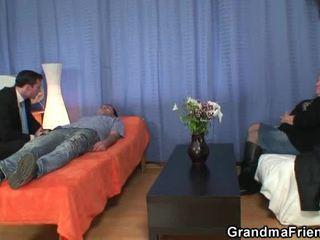 Blondine grandmother has gemaakt liefde door pair phalluses