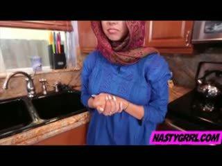 Hijabi vajzë ada has në thith kar dhe obey