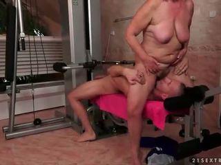 Tua wanita jalang gets kacau keras di itu gimnastik