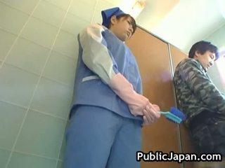 Rondborstig aziatisch misbruikt toilet