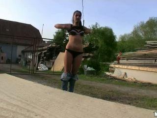 Slank euro sweetie gets geneukt in publiek