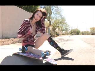 Aiden onto ঐ রাস্তা skateboarding এবং কাপড় খোলা bare