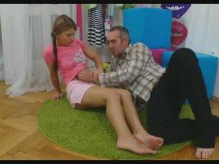 Miúda a abrir-se dela pernas para tomar um pila