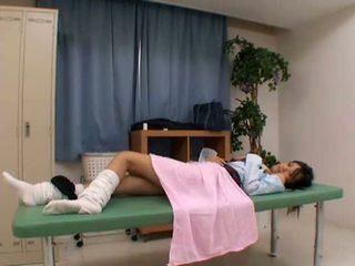 Perverzné doktor uses mladý pacient