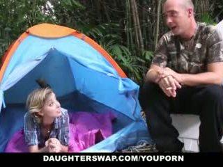 Daughterswap- karštas paauglys daughters pakliuvom outdoors iki tėtis