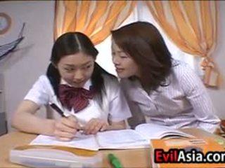 Lesbain এশিয়ান schoolgirls চুমাচুমি