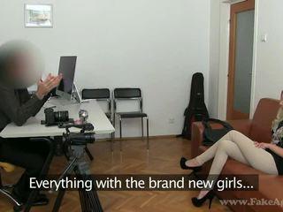 Slaidas blondīne julia enjoys viņai porno tryout
