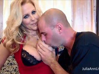 बस्टी julia ann fucks उसकी हज़्बेंड & उसके दोस्त बड़ा cocks!