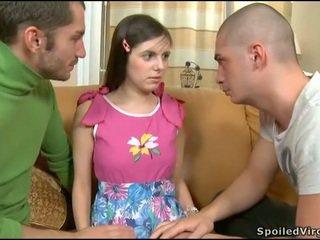 فتاة seduced إلى مجموعة من ثلاثة أشخاص جنس