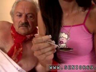 Ung flicka och mycket gammal människa flicka male fortunately där är en