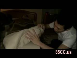 Femme baisée par husbands ami sur la lit 01