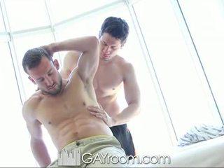 Gayroom hårig muscle guy körd efter olja mas