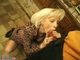 Karstās māte seduces un fucks šī puika