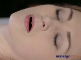 Urut rooms cantik pucat skinned ibu squirts untuk yang sangat pertama masa - lucah video 901