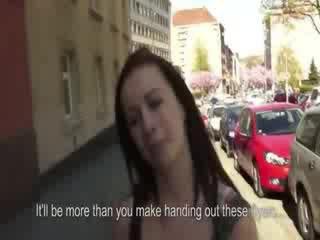 Karstās čehi mazulīte flashes viņai juggs par iela