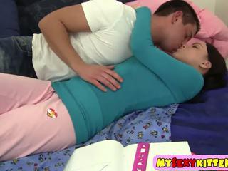 Gjoksmadhe ponytailed adoleshent nailed në the dhomë gjumi