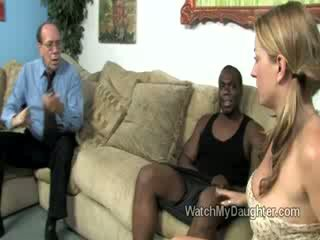 Mooi blondine weinig dochter swallows een groot vet zwart piemel in voorzijde van haar fathers ogen