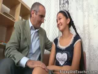 Tricky alt lehrer gets nach oben bis seine nuts im asiatisch muschi