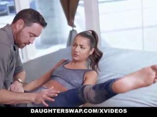 Daughterswap - pievilcīgas sīka auguma pusaudze gets fucked līdz gymnast tētis